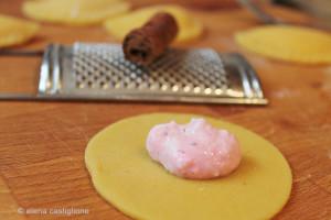 preparazione ravioli dolci con ricotta e cannella