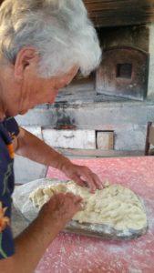 preparazione pizza con la sugna