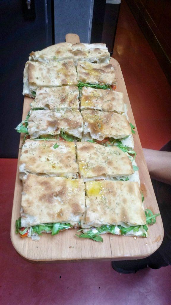 pizza-romana-con-rughetta-burrata-e-pachino