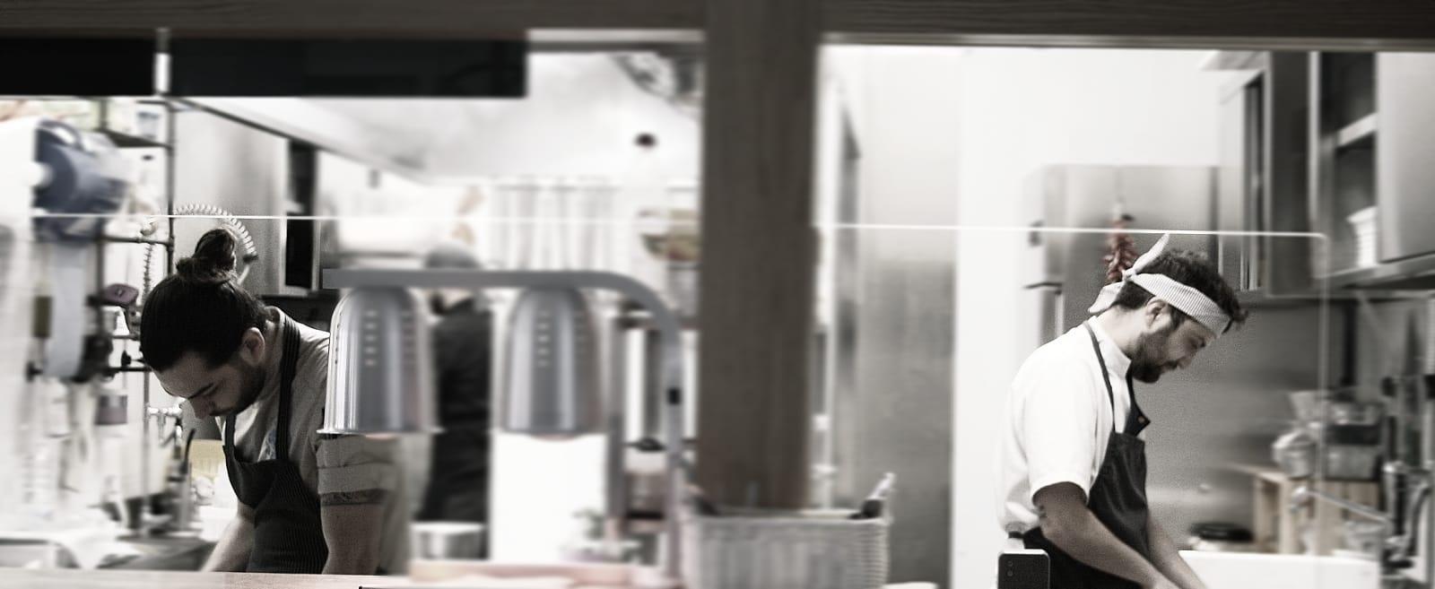 A destra lo chef pavone, a sinistra il suo souchef